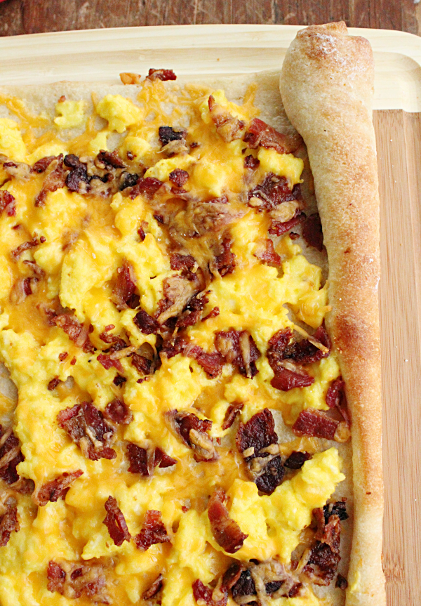 Breakfast Pizza @tableforseven #tableforsevenblog #breakfast #pizza #eggs #cheese #bacon