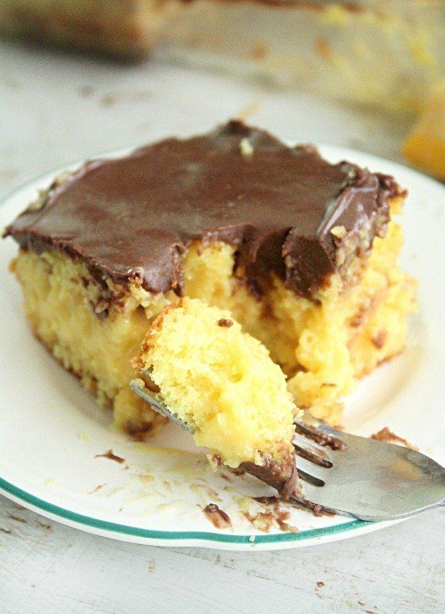 Boston Cream Pie Poke Cake #cake #bostoncreampie #pokecake #chocolatefrosting