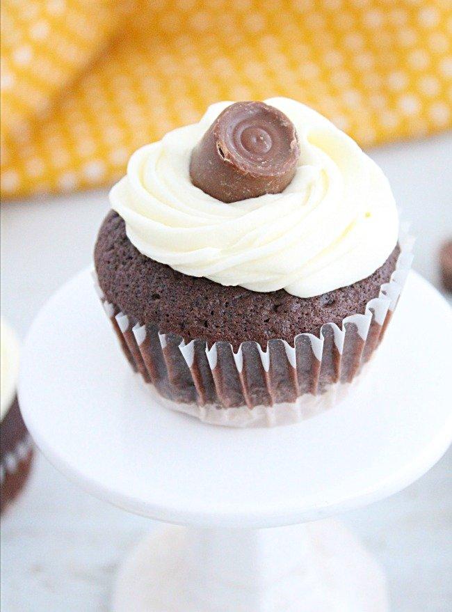 Rolo Cupcakes #rolocandies #cupcakes #chocolate #dessert #caramel #tableforsevenblog